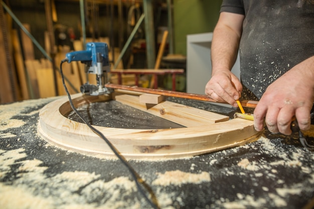 Conceito de marcenaria, marcenaria e confecção de móveis, carpinteiro profissional trabalho com madeira em carpintaria, conceito industrial