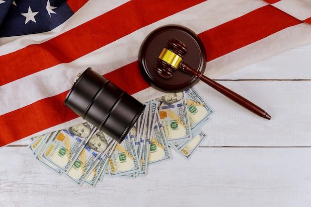 Conceito de martelo de juiz de madeira que aumenta o preço do recipiente do tanque de barril de petróleo