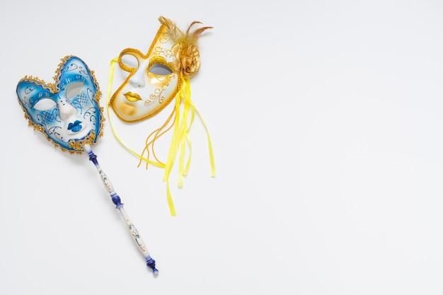 Conceito de máscaras de carnaval à noite e dia