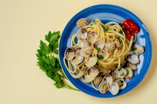 Conceito de massa de marisco italiano tradicional. espaguete com amêijoas ou prateleira, tomate e salsa