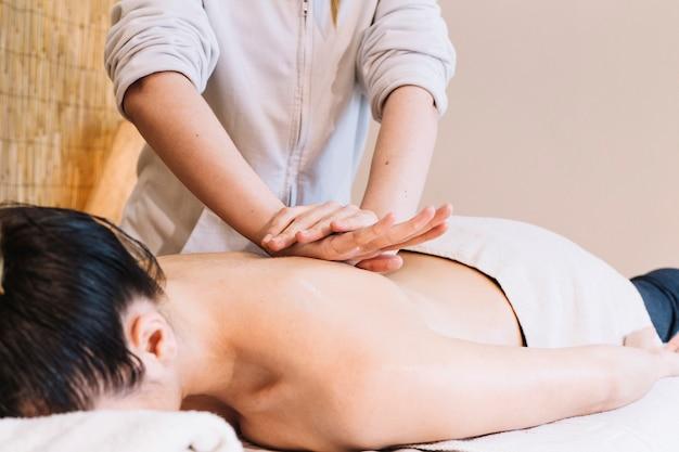Conceito de massagem com a mulher de volta