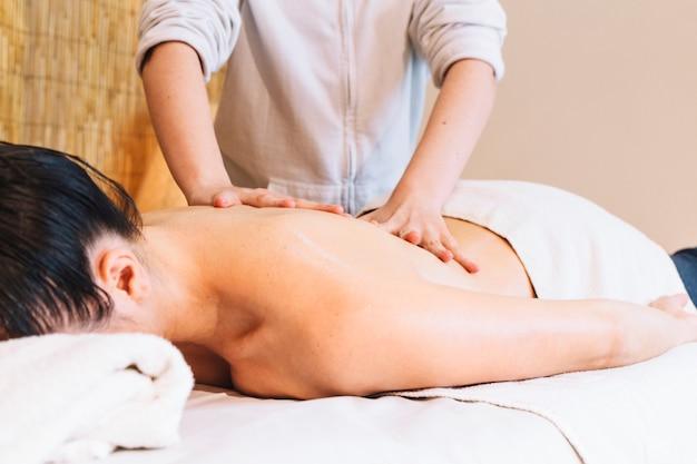 Conceito de massagem com mulher relaxada