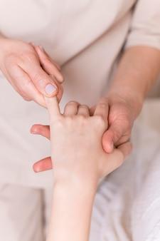 Conceito de massagem de dedo