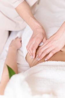 Conceito de massagem no abdômen