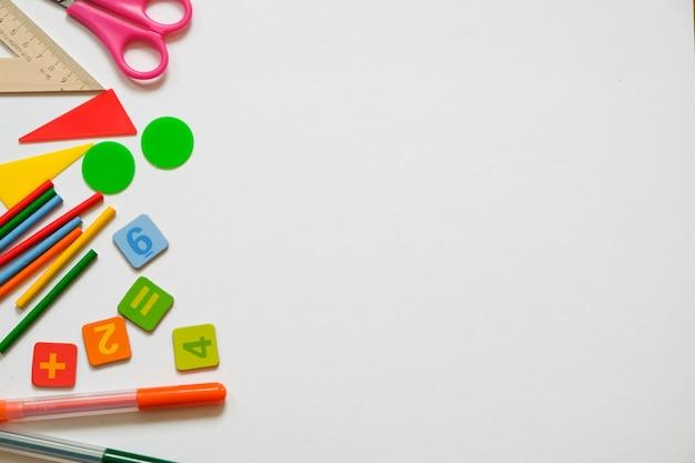 Conceito de matemática: canetas e lápis coloridos, número, cálculo de paus, cópia espaço