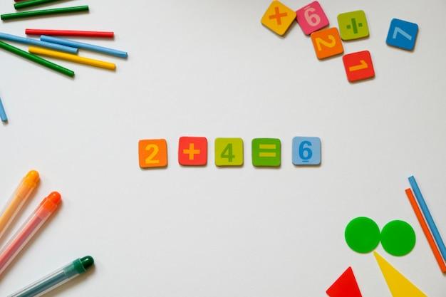 Conceito de matemática: canetas e lápis coloridos, número, cálculo de paus
