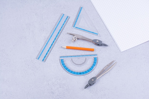 Conceito de matemática com um pedaço de papel verificado e ferramentas ao redor