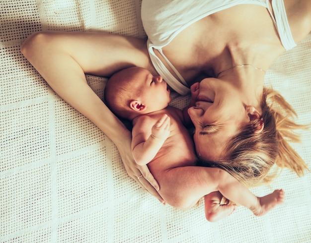 Conceito de maternidade feliz - mãe feliz e bebê recém-nascido