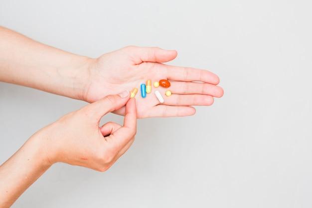 Conceito de medicina com comprimidos e mão