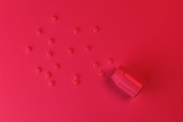 Conceito de medicina. drogas. frasco de comprimidos. luz noturna neon vermelho