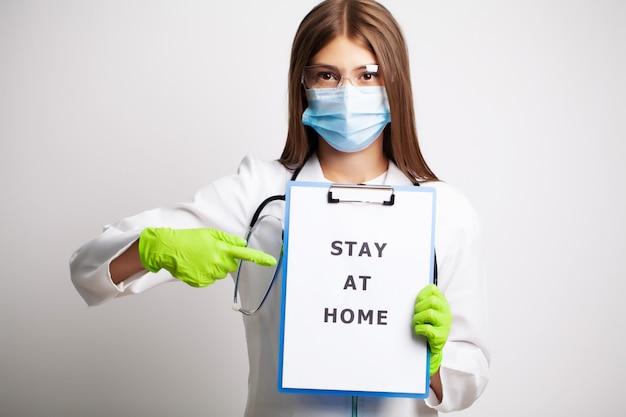 Conceito de medicina, médico com um papel com ficar em casa segurando na mão