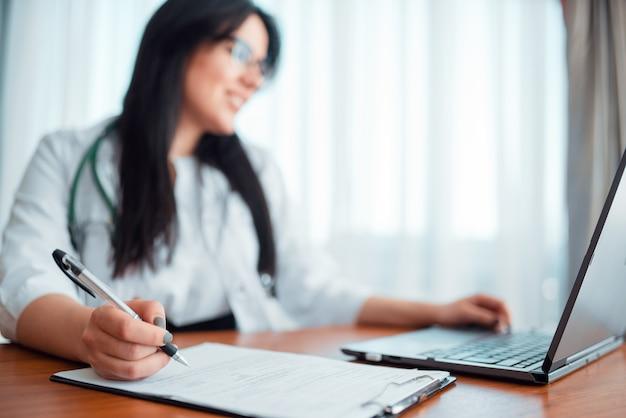 Conceito de médico de família, especialista trabalha em laptop