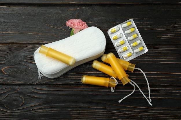Conceito de menstruação em fundo de madeira, vista superior