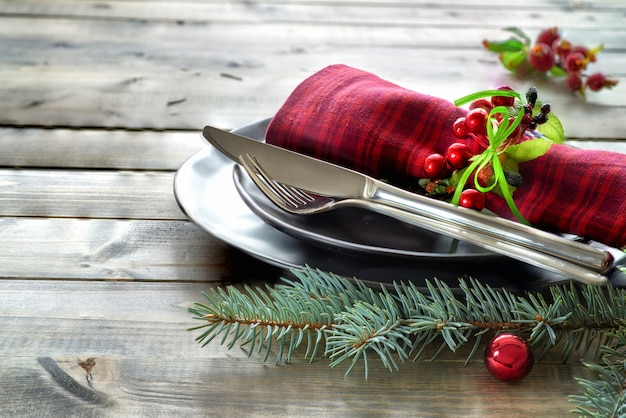 Conceito de menu de natal com talheres e pratos pretos decorados