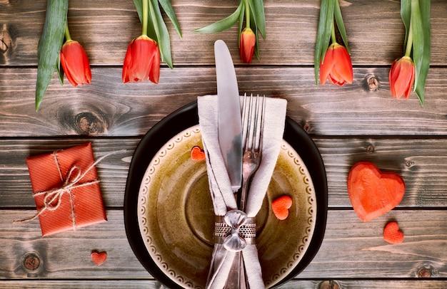 Conceito de menu primavera com tulipas frescas e decoração de coração em madeira rústica