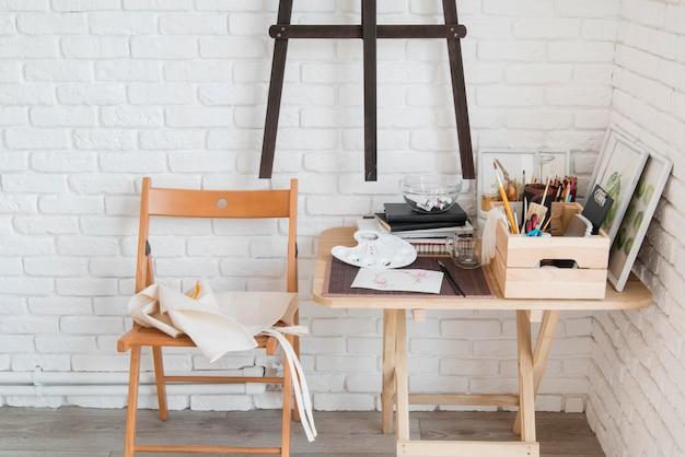 Conceito de mesa de arte com suprimentos