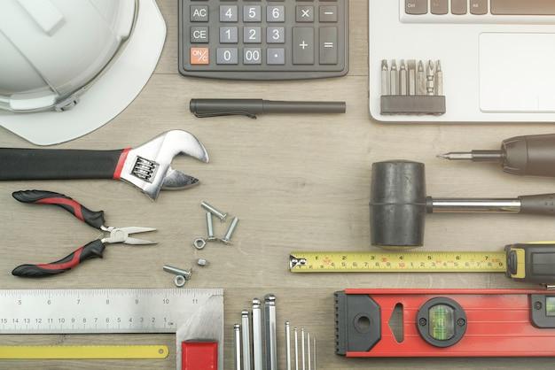 Conceito de mesa de escritório de engenheiro com ferramentas de medição de nível de água