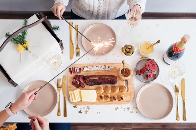Conceito de mesa de jantar de família de natal. festa de natal