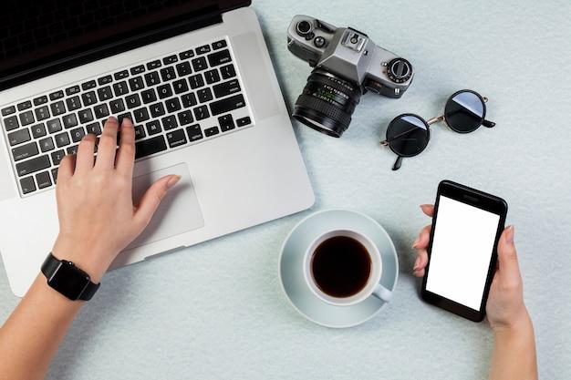 Conceito de mesa plana leigos com modelo de smartphone
