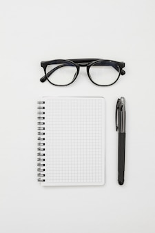 Conceito de mesa plana leigos com o bloco de notas