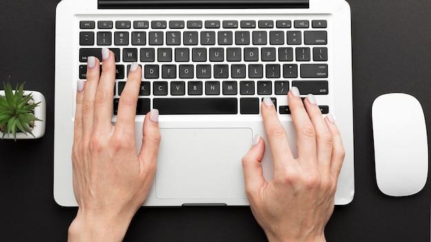 Conceito de mesa vista superior com laptop