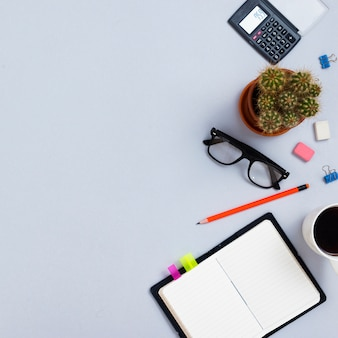 Conceito de mesa vista superior com material de escritório
