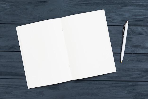 Conceito de mesa vista superior com notebook aberto