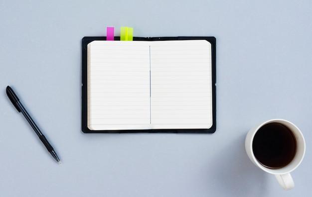 Conceito de mesa vista superior com o bloco de notas em branco