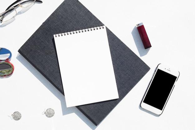 Conceito de mesa vista superior com o bloco de notas