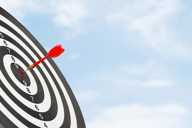 Conceito de metas de sucesso empresarial e dardos