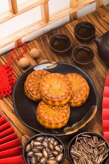 Conceito de mid-autumn festival, mooncakes tradicionais na mesa com uma xícara de chá.