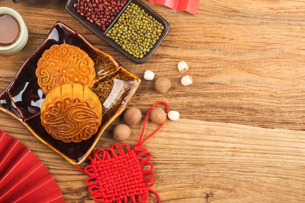 Conceito de midautumn festival tradicional mooncakes na mesa com uma xícara de chá