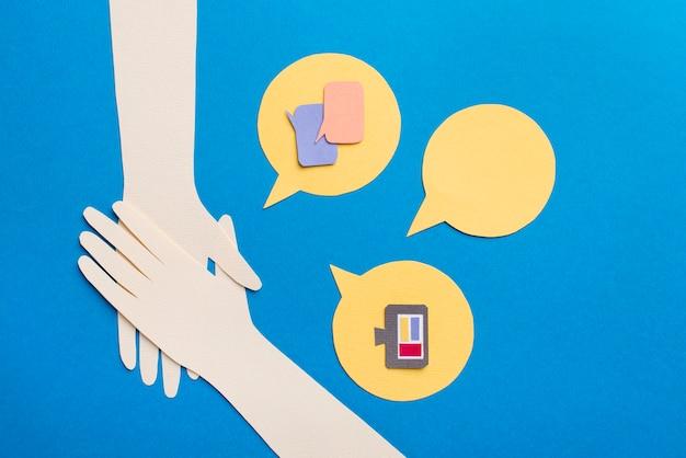 Conceito de mídia social com formato de mãos