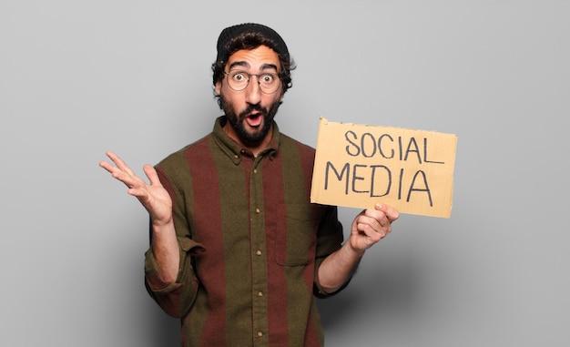Conceito de mídia social jovem barbudo