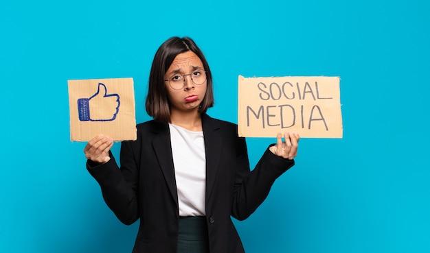 Conceito de mídia social jovem e bonita empresária