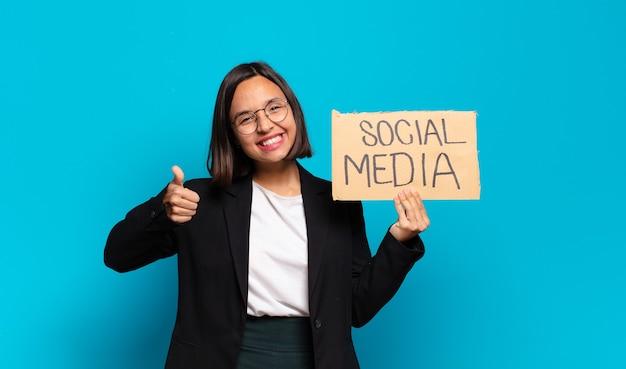 Conceito de mídia social jovem e linda mulher de negócios Foto Premium