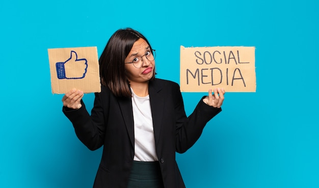 Conceito de mídia social jovem e linda mulher de negócios
