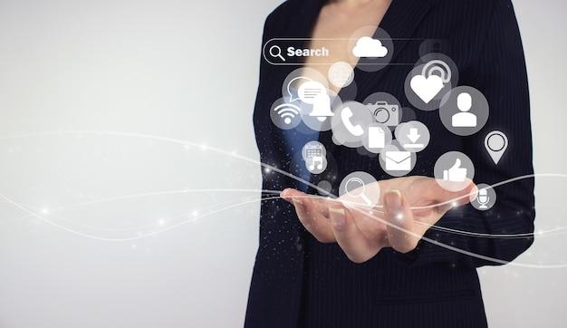 Conceito de mídia social. rede de comunicação. holograma digital de mão