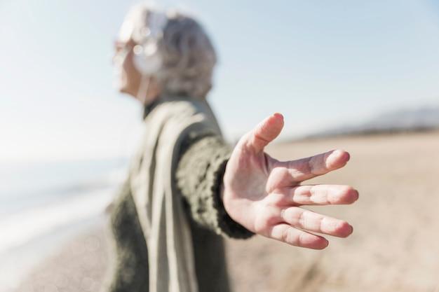 Conceito de mindfulness com mulher turva ao ar livre