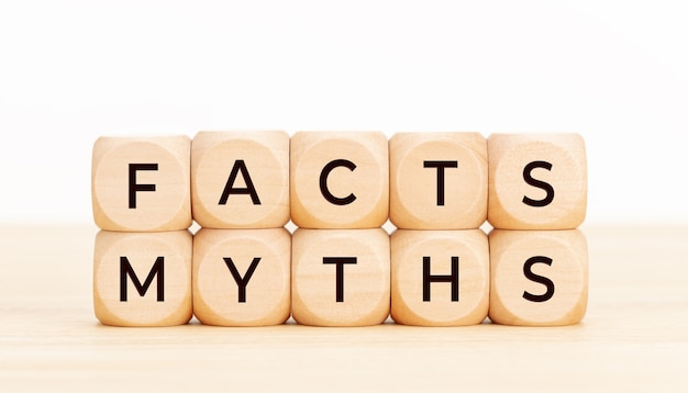 Conceito de mitos de fatos. blocos de madeira com texto na mesa.