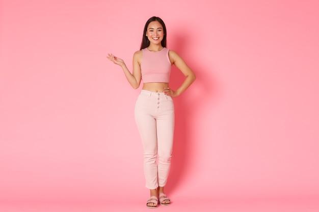 Conceito de moda, beleza e estilo de vida. linda mulher asiática em roupas elegantes