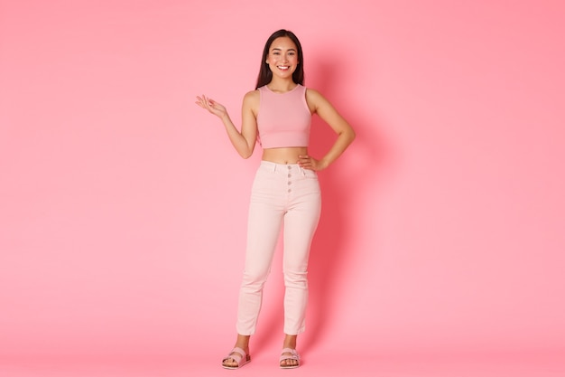 Conceito de moda, beleza e estilo de vida. retrato de corpo inteiro de uma garota asiática alta e atraente