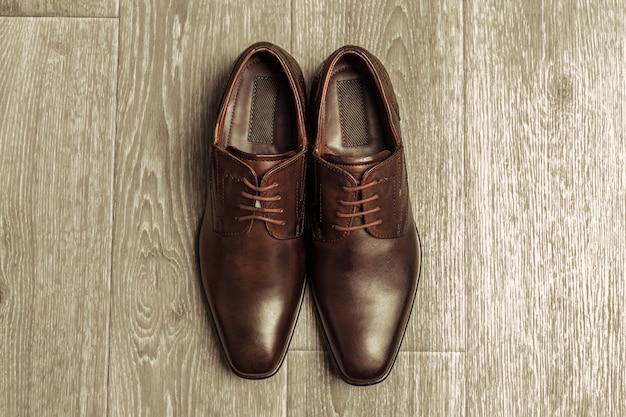 Conceito de moda com sapatos masculinos em fundo de madeira