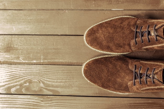 Conceito de moda com sapatos masculinos no assoalho de madeira