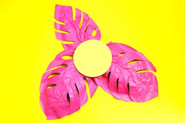 Conceito de moda-de-rosa com folhas