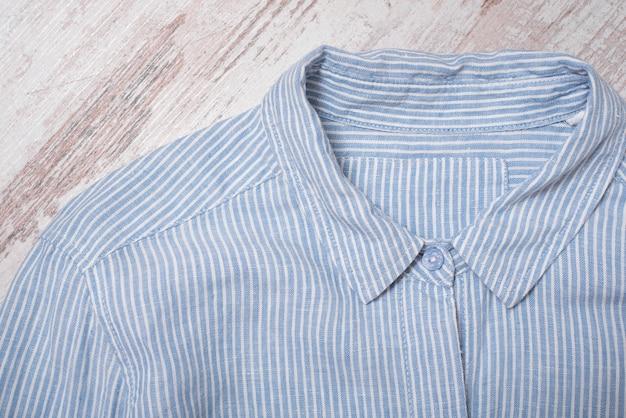 Conceito de moda. gola de camisa listrada azul.