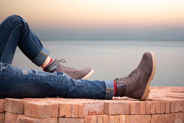 Conceito de moda masculina. couro de botas marrom.
