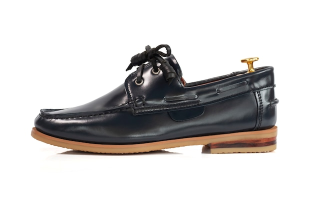 Conceito de moda masculina. sapatos de barco de couro cinza isolados no branco.