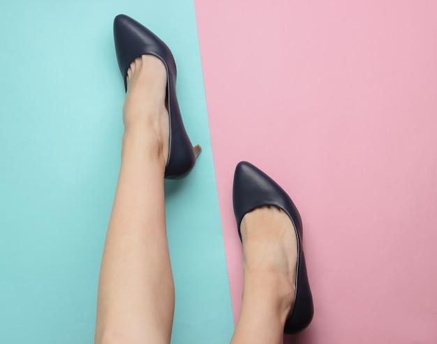 Conceito de moda minimalista pernas femininas com sapatos de couro com salto