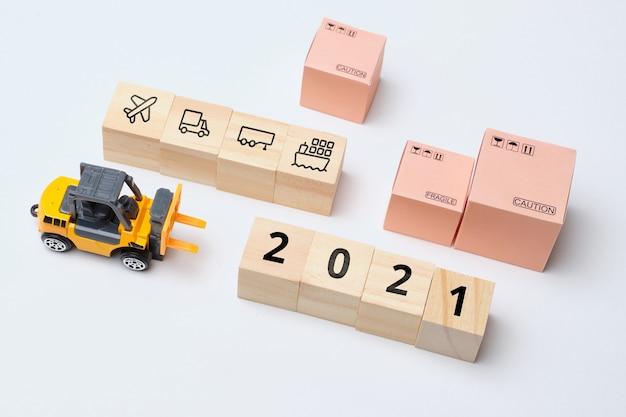 Conceito de modalidades de transporte de mercadorias por via terrestre e aérea em 2021.